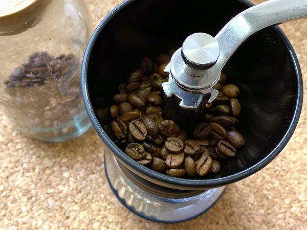 コーヒーメジャー2杯分を挽く